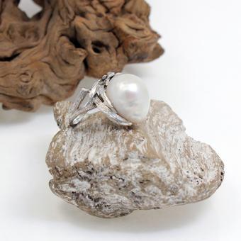 Weißgoldring mit großer Perle und Navette Diamant