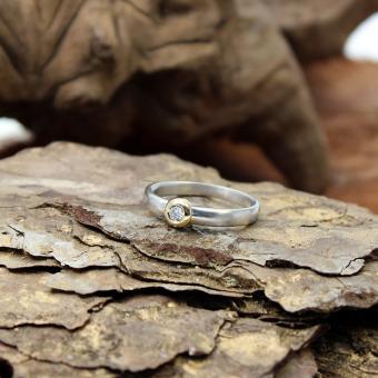 Solitär Platin Ring mit Gelbgold Zagenfassung