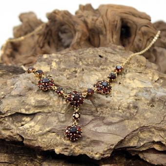Triangel Collier mit Granat 333er Gelbgold