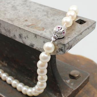 Zucht-Perlenkette mit Weißgold Kugelschließe 585 mit Rubin Besatz