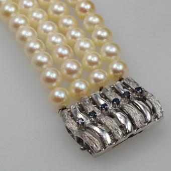 4-reihiges Perlarmband mit Saphir besetzter Weißgoldschließe 585