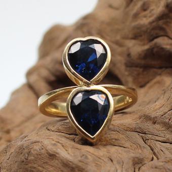 Saphir Ring in Form zweier Herzen in 750 Gelbgold