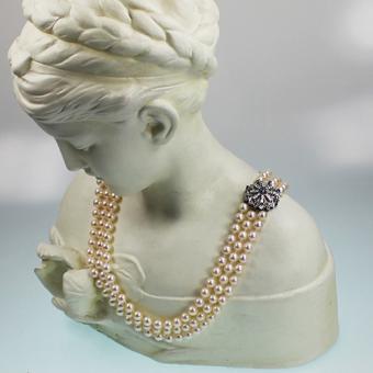 Perlencollier dreireihig mit Diamant und Saphir besetzter 750er Weißgoldschließe
