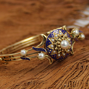 antike Armbanduhr Omega 750 Gelbgold mit Perlbesatz und blauer Emailie