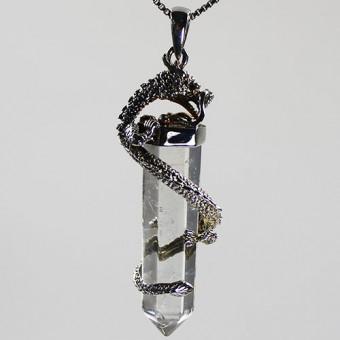 Bergkristall Anhänger Silber gehalten von einem Drachen