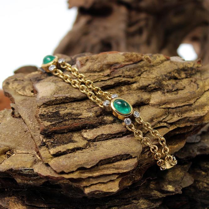 Goldarmband mit Smaragd Cabochons und Brillanten