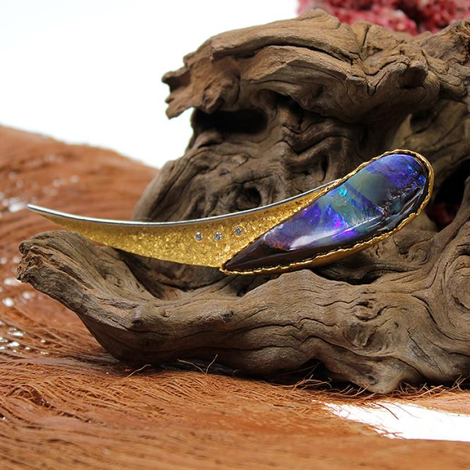 Handgefertigte Brosche mit Boulder Opal 999er Gold
