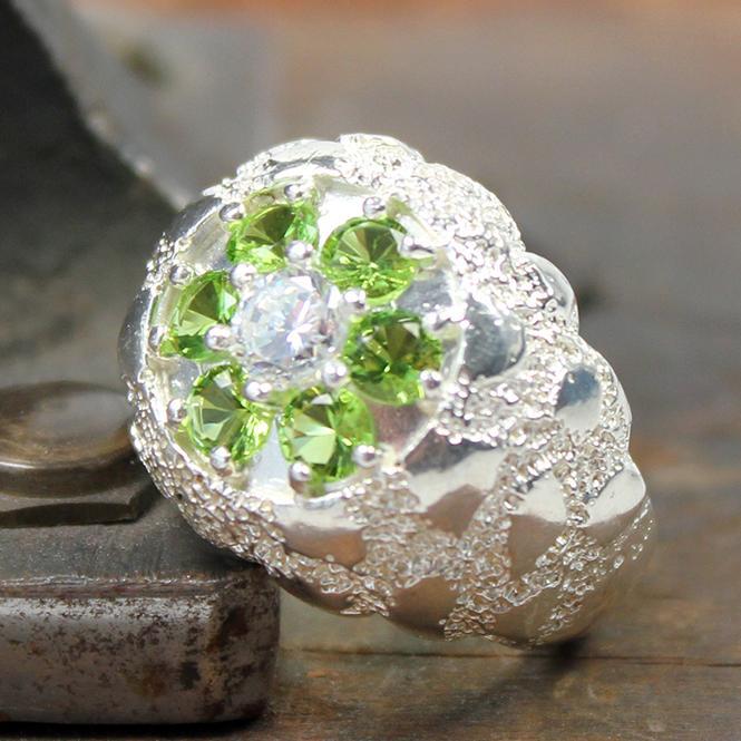 Damen Ring Phantasiemuster mit grünen Farbsteinen und Zirkonia aus 925er Silber