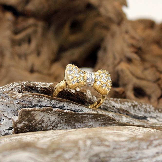 Ring mit Schleifenmotiv 750er GG und Diamanten