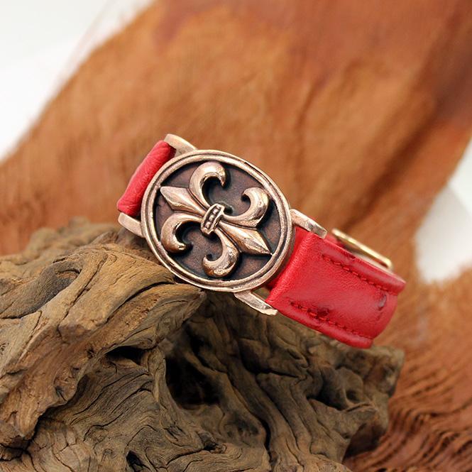 Gazpocho FLeur de Lys Armband Bronze mit rotem Straussenlederband