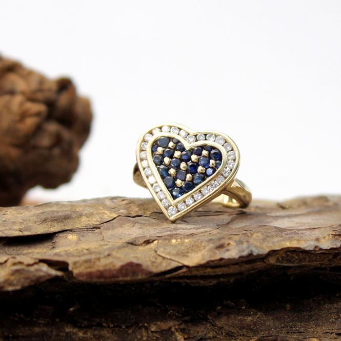 Gelbgold Ring mit großem Herz, Diamant u. Saphir