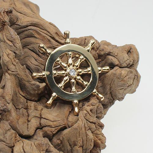Brosche Steuerrad für den Seefahrer in 750 Gold mit einem natürlichen Brillant ca.0,15 ct