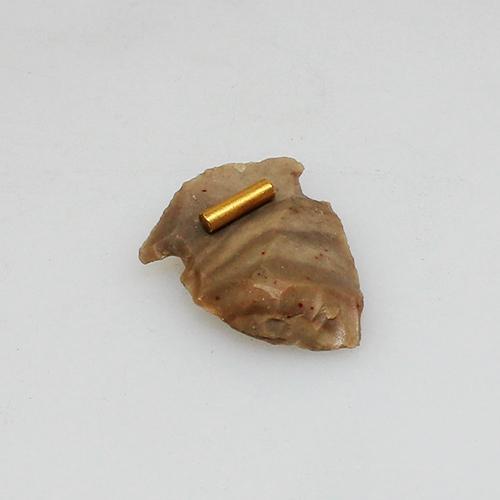Pfeilspitze aus der Steinzeit zu einem Anhänger gearbeitet