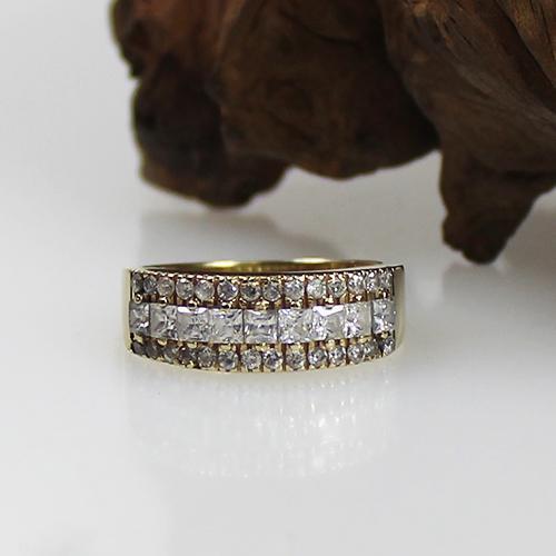 Gelbgold Ring 585 mit syntethischen weißen Steinen besetzt