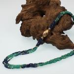 Farbsteinkette, Smaragde und Saphire mit Brilllant besetzter Goldschließe